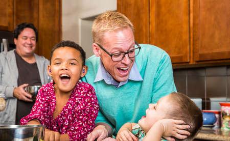 papa: les hommes avec deux enfants adorables rire dans la cuisine