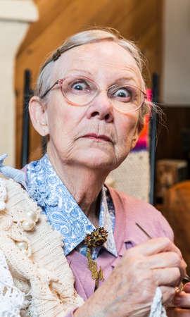 abuela: Anciana sobresaltado con ganchillo en el salón