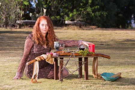 mujer sola: Sacerdotisa de raza caucásica en el ritual pagano al aire libre con altar Foto de archivo