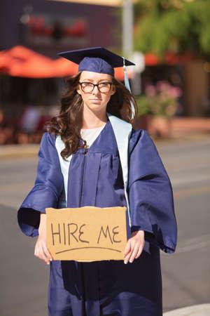 toga y birrete: Graduado de la se�al pidiendo un puesto de trabajo