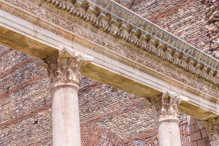 Two Corinthian columns and header at the gymnasium in Sardis Turkey 版權商用圖片