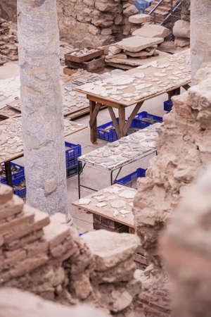 터키의 고고 학적 유적지에서 세라믹 조각이있는 테이블