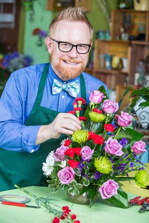 arreglo floral: hombre guapo sola creación de un centro de flores Foto de archivo