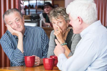 molesto: Los pares aburrido o molesto en café