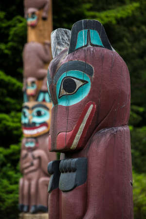 tlingit: Wolf totem at Saxman Village near Ketchikan with Kats myth pole in background Stock Photo