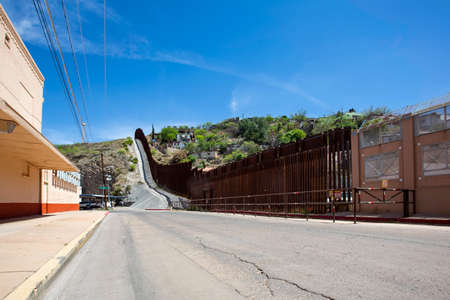 United States border wall with Nogales Mexico behind on the right Foto de archivo