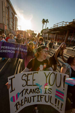 TUCSON, UNITED STATES  - March 29: Unidentified marchers chanting and holding signs supporting trans people at a visibility rally. March 29, 2019 in Tucson, Arizona, USA. Standard-Bild - 120916251