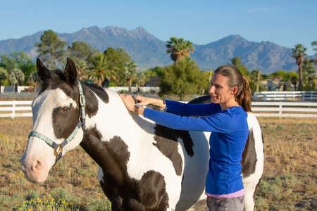 Une femme exécute une technique de relâchement myofascial équin sur la crête