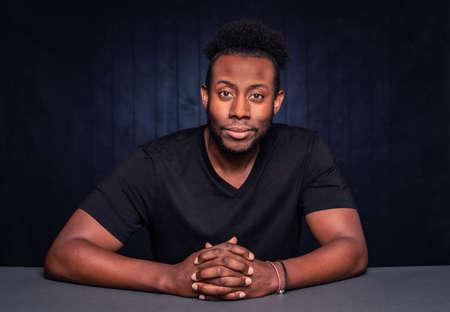 Handsome black man in a casual pose Foto de archivo - 142915781