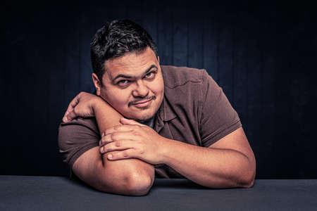 Cheerful Latino man in a casual pose Foto de archivo - 142999810