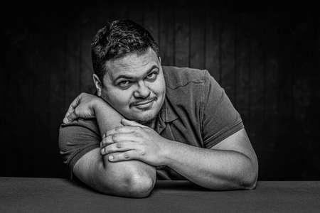 Black and white cheerful Latino man in a casual pose Foto de archivo - 143000598