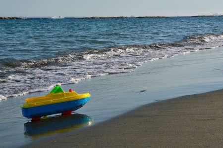 Toy Boat Parked on a Sandy Mediterranean Beach 版權商用圖片