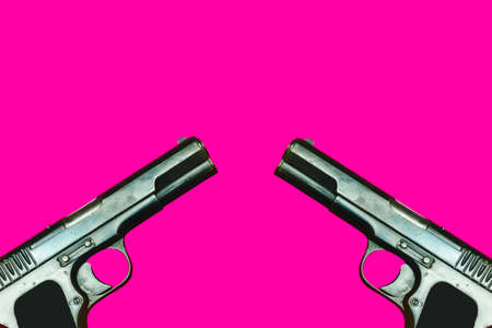Two world war 2 guns facing each other on a pink background 版權商用圖片