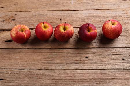 manzanas: manzanas en el fondo de madera
