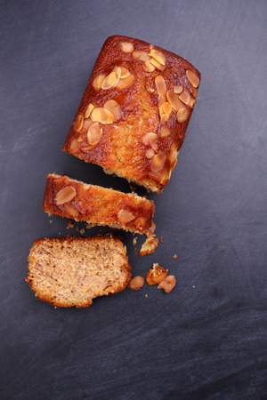 pastel de chocolate: vista superior pastel de plátano rebanada sobre fondo negro