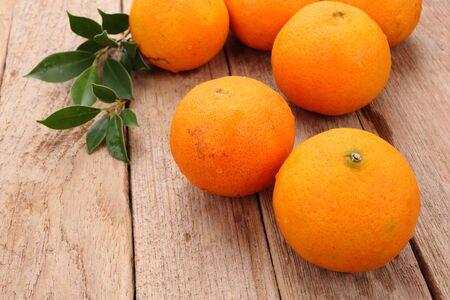 fruit orange: Fruta Ornage sobre fondo de madera Foto de archivo