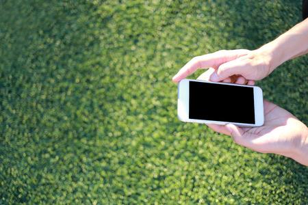 Hand met smartphone met leeg scherm