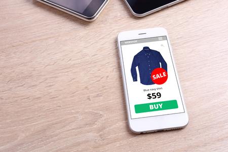 tienda de ropa: Smartphone con pantalla camisa sitio de comercio electrónico