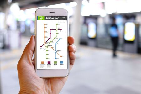 Main Smartphone tenant avec le métro application fond de carte Banque d'images
