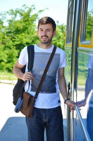 hombre con barba: Hombre barbudo que entrar en un autob�s en verano Foto de archivo