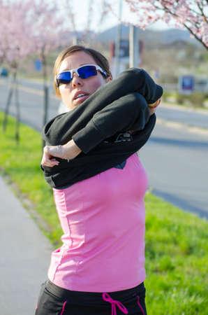changing clothes: Chica joven que cambiarse de ropa para hacer ejercicio al aire libre Foto de archivo