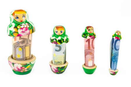 Traditionelle russische Babuschka matreshka Puppen mit Euro-Scheine isoliert Standard-Bild - 42306156