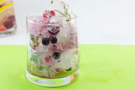 crooked: Natural red forest fruit cocktail with ice, lemon and sliced fruits in a crooked glass, Summer drinkž