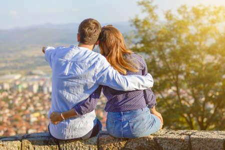 femme romantique: Heureux couple profitant de la vue sur la ville d'en haut