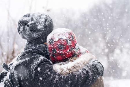 pareja enamorada: Pareja en el amor que se divierten al aire libre en un d�a de invierno cubierto de nieve