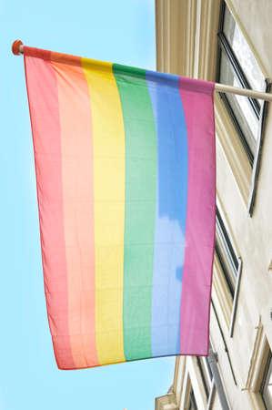 bandera gay: bandera gay en el viento Foto de archivo
