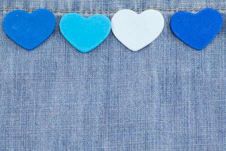 corazones azules: Diferentes tonos de corazones azules en el fondo del dril de algodón