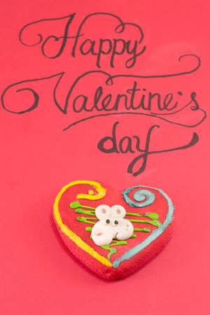 Rode kaart met inscriptie een handgeschreven Happy Valentine's op een bord Stockfoto - 51444414