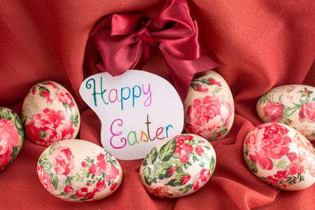 fondo rojo: Feliz tarjeta de Pascua con huevos de Pascua decorados decoupage Foto de archivo
