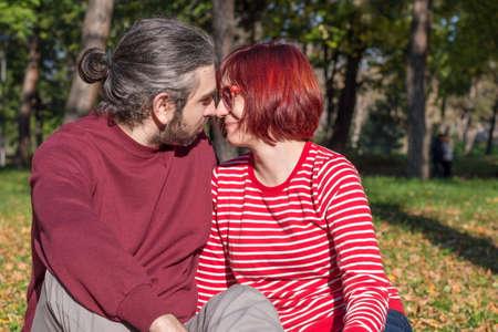 parejas romanticas: amantes de la pareja inconformista feliz en el parque Foto de archivo