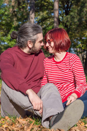 femme romantique: Happy hipster loving couple in the park