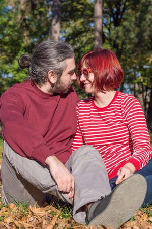 femme romantique: hippie heureux couple aimant dans le parc Banque d'images