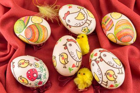 fondo rojo: Decoupage decorado huevos de Pascua en seda roja