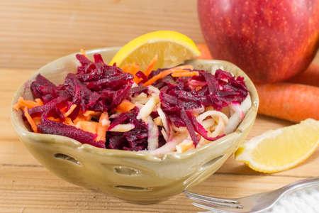 Verse salade van bietjes en wortel in een kom. Gezonde salade