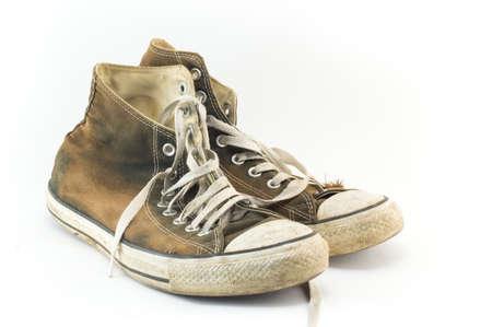 vestidos antiguos: Viejo y sucio par de zapatillas de deporte en blanco
