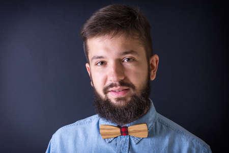hombre con barba: Retrato de hombre con barba que llevaba una camisa azul