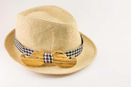 Houten strik rond een hoed. Man accessoires