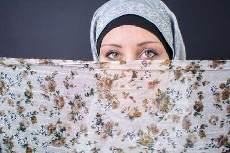 cabeza de mujer: Mujer musulmán hermosa con la bufanda colorida Foto de archivo