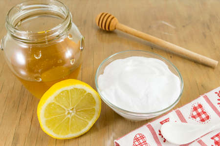 sodium bicarbonate: Diet recipe: baking soda, lemon fruit and honey