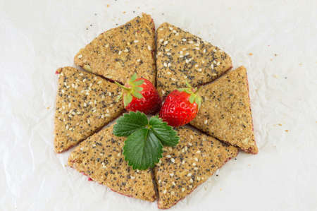integral: Integral cookies with fresh strawberry and seeds