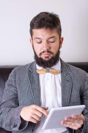 hombre con barba: hombre de la barba en un juego que lleva una pajarita Foto de archivo
