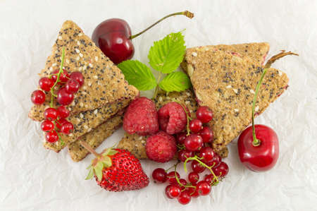 integral: Integral biscuits with strawberry currant and cherry