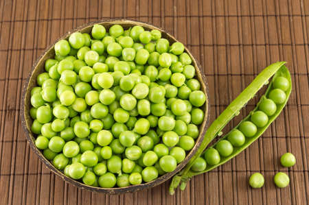 green been: Fresh organic peas in a bowl ready for cooking