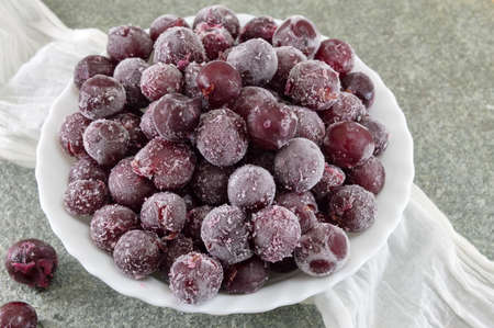 Frozen grapes served in a white bowl 版權商用圖片 - 62256198