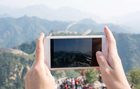 Feliz turista tomando foto en la Gran Muralla de China