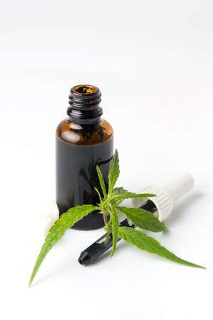 Marijuana en cannabis olie fles geïsoleerd op wit